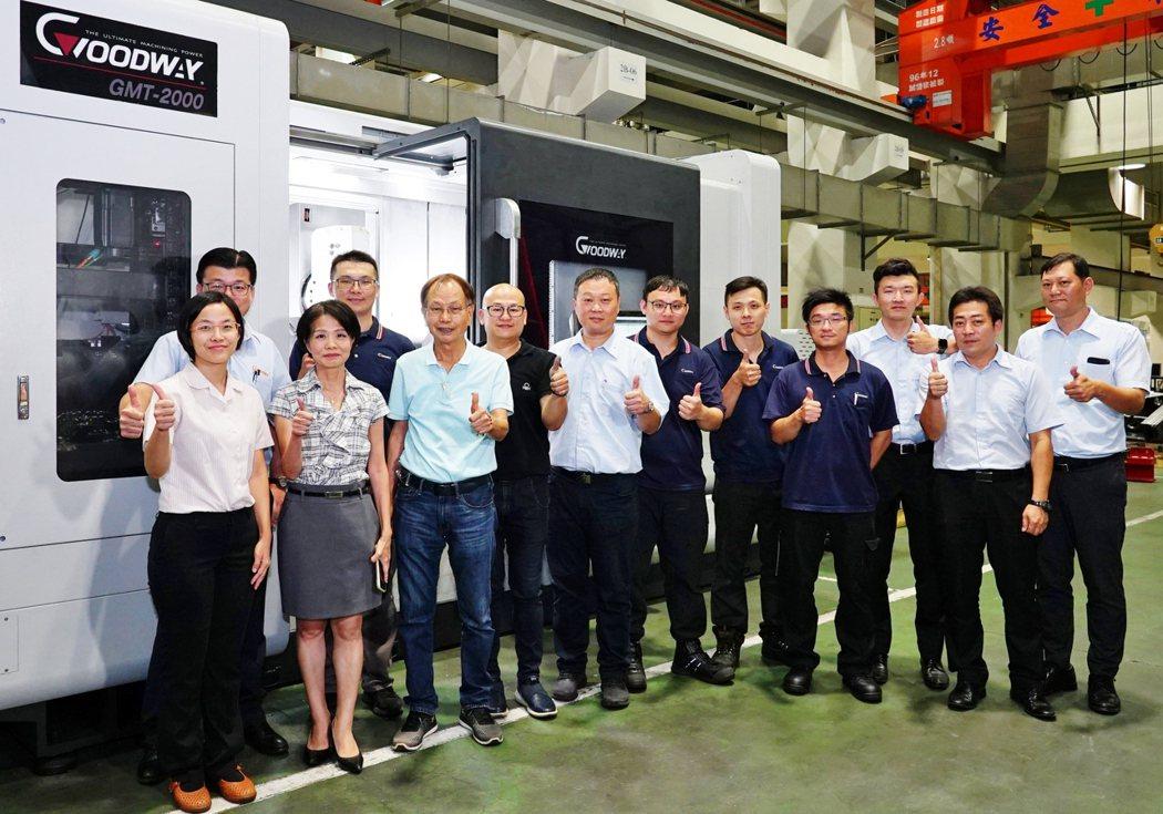 程泰集團董事長楊德華(前排左三)與口罩防偽鋼輪製作團隊於GMT-2000銑車複合...