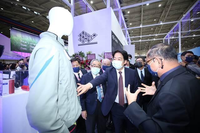 賴副總統參觀台塑企業。 紡拓會/提供