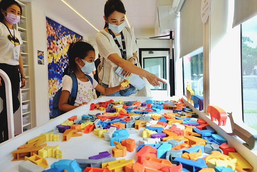 動物積木共可自由拼裝出七百多種造型,可訓練學童的想像力與創造力。 新北市政府/提...
