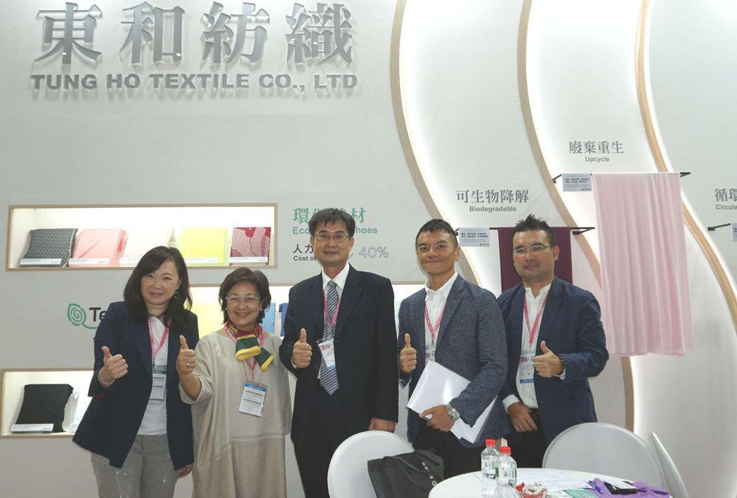 東和紡織董事長蔡淑櫻(左二)、總經理張嘉亨(左三)與行銷團隊合影。 金萊萊/攝影