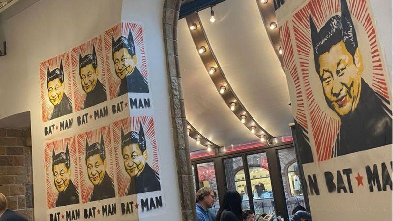 這間餐廳的牆都是這張海報。取材自IG