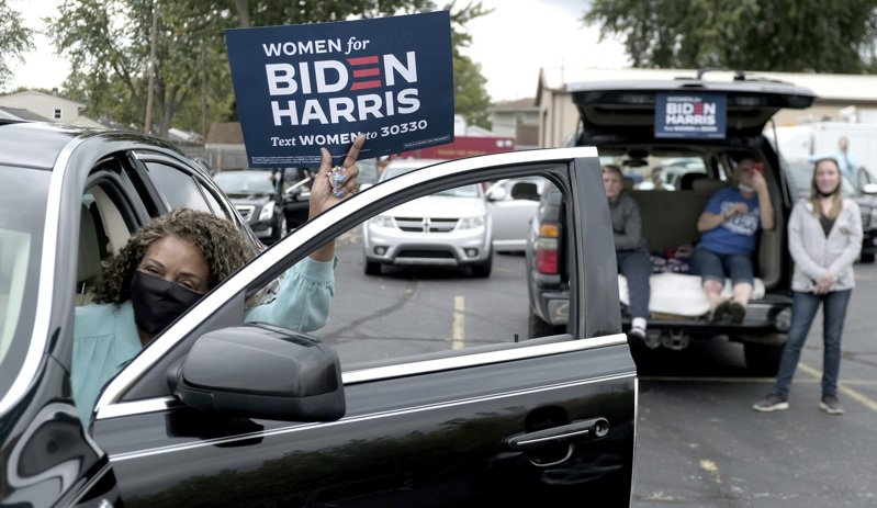 圖為拜登在拖麗多市的支持者駕車以「得來速」方式前來支持。(美聯社)