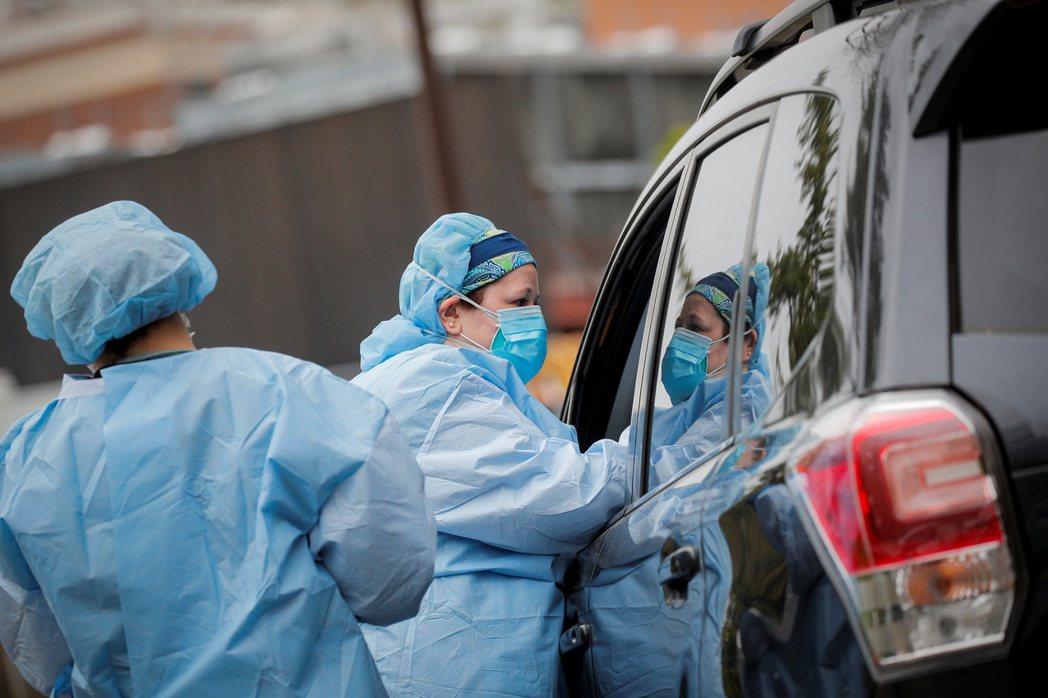 紐約的新冠肺炎住院人數12日再度上升,較9月同期增加77%。圖為北岸大學醫院護士...