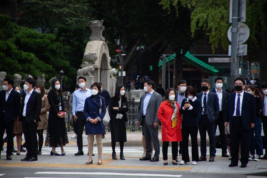 韓國中央防疫對策本部通報,截至13日凌晨零時,境內確診感染2019冠狀病毒疾病(...