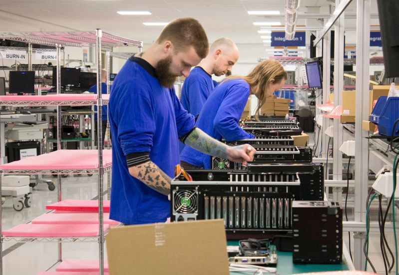 研華在荷蘭恩荷芬的營運總部內,也有組裝線,將成品組裝好,運送到歐洲客戶端。 (黃亦筠攝)