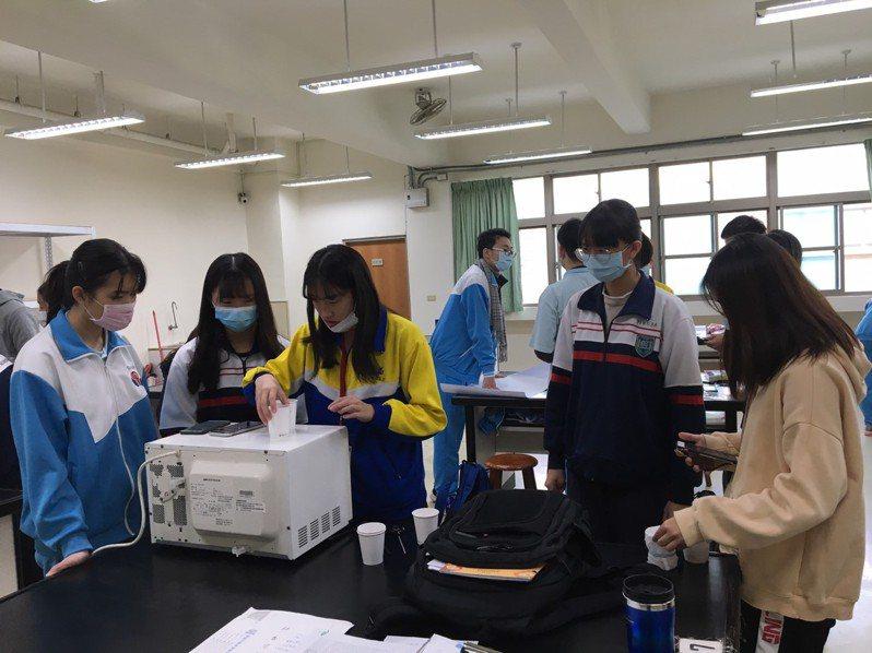 因應新課綱強調多元學習,內壢高中開設「桃花源.創科學」課程,學生們正在自製暖暖包。圖/內壢高中提供