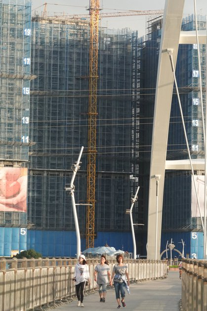 圖為新北市新莊地區正在興建的大樓。 記者葉信菉/攝影