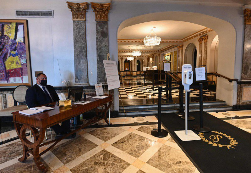 皮耶酒店大廳在疫情爆發前常常擠滿要入住的外國人,如今新冠肺炎疫情使外國旅客幾乎消失。法新社