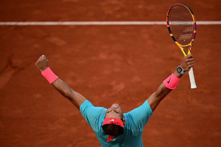 稱霸紅土球場的Rafael Nadal,今年拿下第20座大滿貫賽事冠軍盃,成為與...