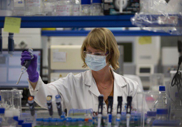 嬌生公司暫停新冠疫苗研究。(美聯社)
