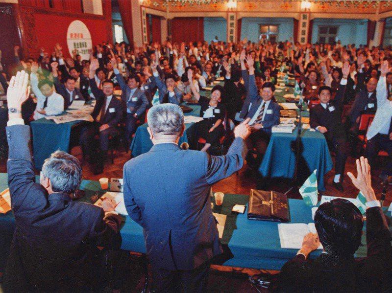 1991年10月13民進黨五全大會以舉手表決方式通過將台獨條款納入黨綱。圖/聯合報系資料照片