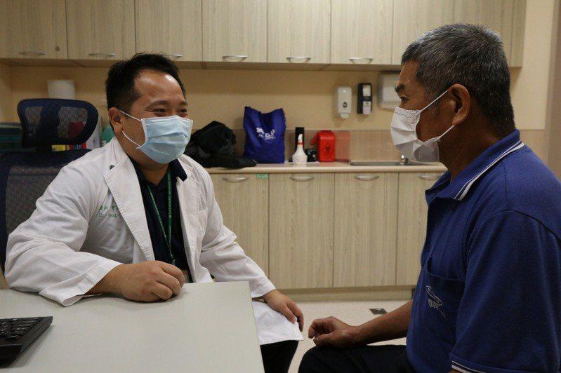 醫師曾晟恩(左)提醒民眾,絲瓜有苦味就要小心葫蘆素,並提高警覺。圖/亞洲大學附屬醫院提供