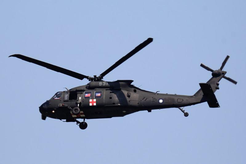 國慶日,空軍嘉義基地第四聯隊所屬救護隊換裝UH-60M黑鷹直升機,2月14日成軍後,也出動5架與陸軍航特部直升機,共同編隊飛越總統府上空,航空迷拍到黑鷹直升機掛國旗在嘉義機場上空編隊飛行英姿。圖/航空迷提供