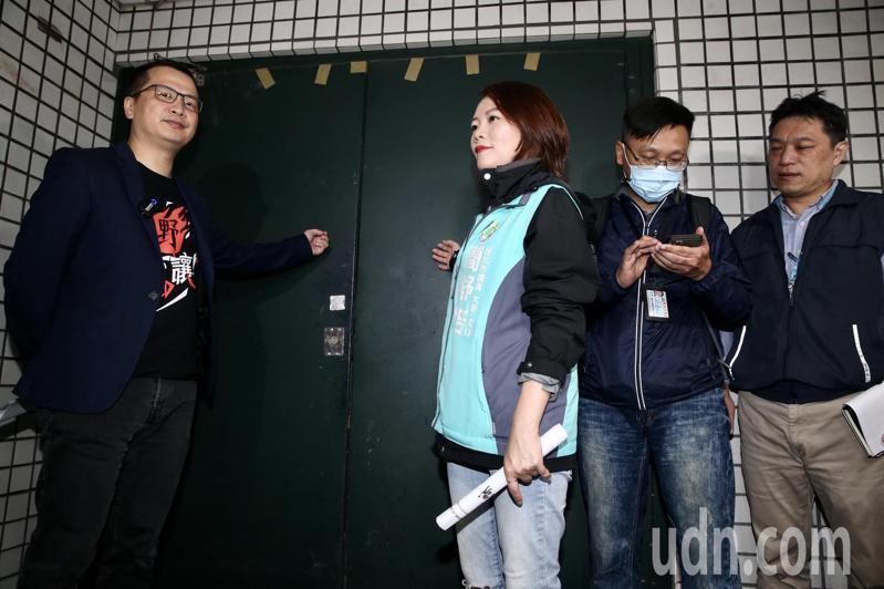 台北市議員簡舒培(中)、羅智強(左一)會同建管處副處長虞積學(右一)會勘北市建物地下室共享廚房疑義案,業者場地裝潢施工中,會勘一度不得其門而入。記者林俊良/攝影