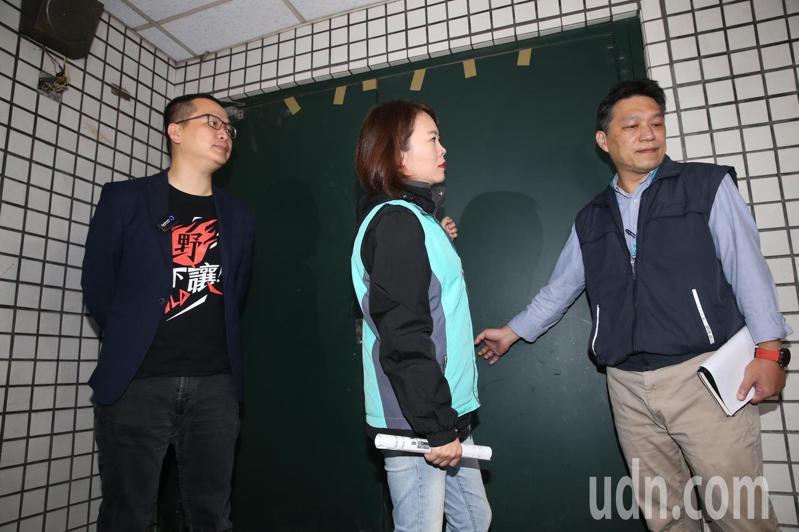 台北市議員簡舒培(中)、羅智強(左)會同建管處副處長虞積學(右)會勘北市建物地下室共享廚房疑義案,業者場地裝潢施工中,會勘一度不得其門而入。記者林俊良/攝影