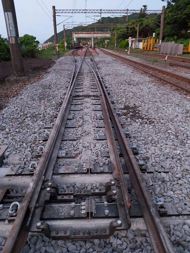 台鐵局在交通部支持下,持續積極推動「鐵路行車安全改善六年計畫」及「台鐵軌道結構安全提升計畫」,規劃將全線「木枕型道岔」更換為更耐用的「PC枕型道岔」。圖/台鐵局提供