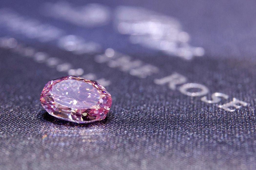 這顆橢圓形的粉鑽是以俄羅斯芭蕾舞團「玫瑰花魂」命名,是拍賣會上此類鑽石中有史以來...