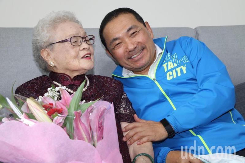 新北市長侯友宜(右起)今上午前往探望102歲的張珠阿嬤,並致贈百歲人瑞重陽禮金1萬元、金戒指代金1萬元。記者王敏旭/攝影