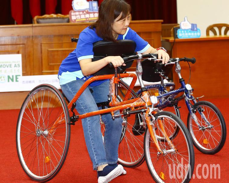 立委林奕華在記者會上體驗腦麻患者所乘坐的路跑輔具。記者杜建重/攝影