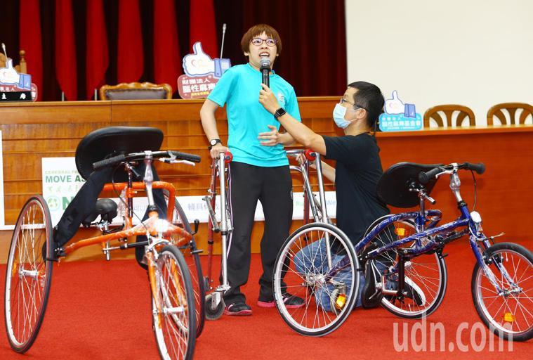 腦麻患者同時也是路跑選手、陪跑人之一,立委陳以信的助理黃筱智(左),在記者會上邀...