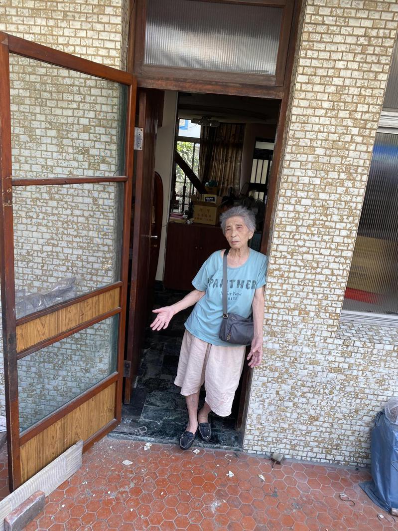 南鐵地下化拆遷最後一戶今天展開強拆作業,陳致曉的老母親在現場無奈控訴。記者修瑞瑩/攝影