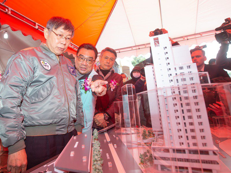 台北市長柯文哲(左二)去年在議會施政報告時,改口講出「空屋多所以不用蓋那麼多公宅」的論點,圖為柯文哲今年2月出席錦州社會住宅開工典禮。 圖/聯合報系資料照片
