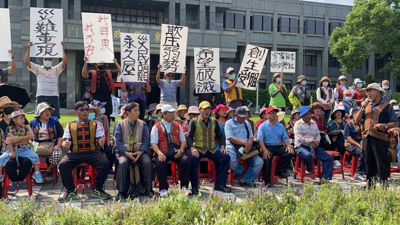 禮納里部落為了爭取與政府溝通空間,今天上午號召數十人到場抗議。記者陳弘逸/攝影