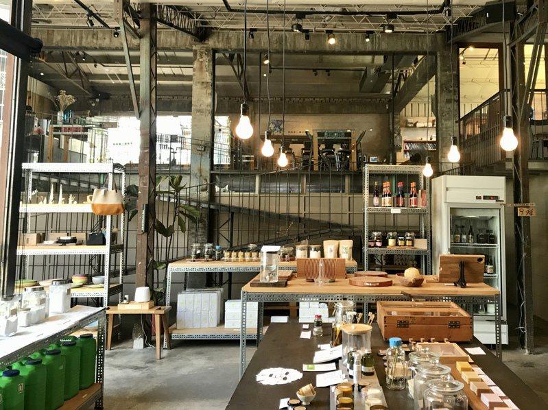 位於台中大里的「家務室」雜貨店,前身是閒置的油墨工廠,販售無包裝的裸賣商品,獲得日本Good Design設計大賞。記者洪敬浤/攝影