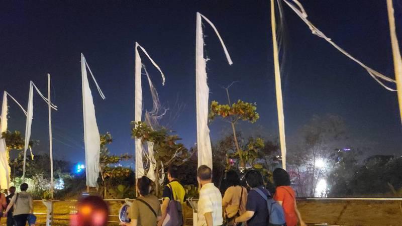 台南市議員林燕祝批虎鯨園區旁的破爛白色旗幟有如招魂旗。圖/林燕祝提供
