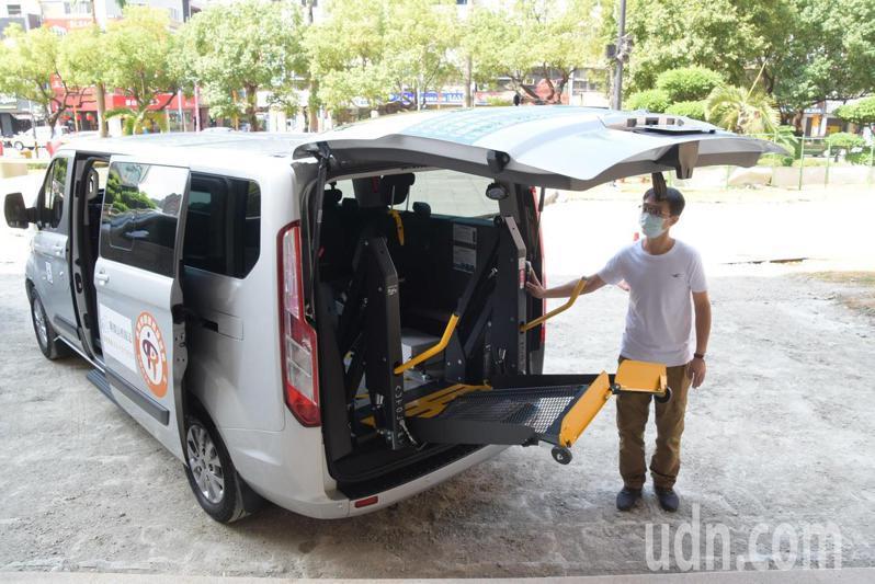 彰化縣目前有92輛長照車,無障礙專車對身障者更為便利。記者林敬家/攝影
