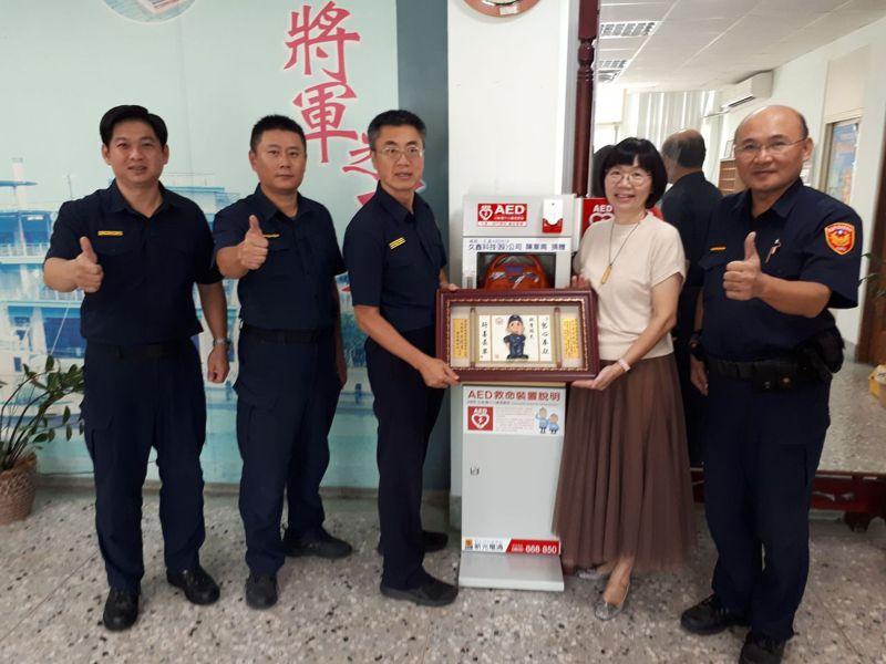 協企企業總經理黃鈴蘭(右二)捐贈AED給學甲分局,由分局長翁誌宏(左三)代表接受。圖/學甲警方提供