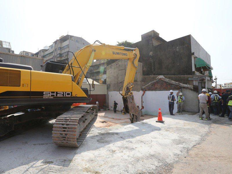 台南鐵路地下化最後一戶拆遷戶,今天進行拆除作業。記者劉學聖/攝影