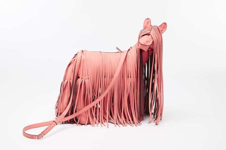 小馬造型流蘇包,130萬8,200元起 (依商品實際材質而定)。圖/愛馬仕提供