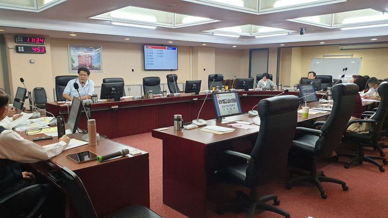 北市議員李柏毅質疑,警察局編列5900多萬預算維護將要汰舊換新,價格過高不合理。記者胡瑞玲/攝影