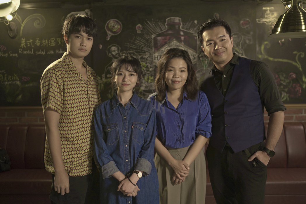 左起劉子銓、陳姸霏、導演柯貞年一起上主持人鄭偉柏節目。圖/E!Studio藝鏡到