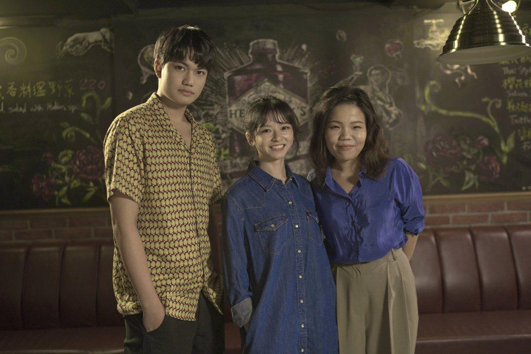 左起劉子銓、陳姸霏、導演柯貞年一起上節目,分享「無聲」拍攝故事。圖/E!Stud...