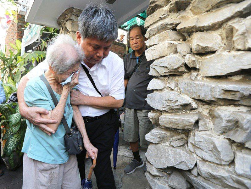 台南鐵路地下化工程昨天展開強拆工程,反鐵路東移自救會會長陳致曉家人同意自行搬遷,陳致曉89歲的老母親(左)走出家門忍不住落淚。記者劉學聖/攝影