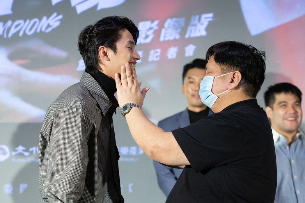 范少勳(左)出席「下半場」口述影像版現場放映,邀請視障者摸他的臉,感受他的外型。...