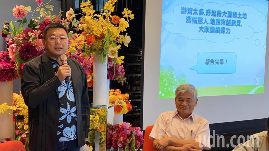 大台中不動產開發公會理事長王至亮(左)認為,台中建商面臨土地飆漲逾30%、缺工等...