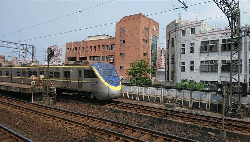 新北市汐止國中及秀峰高中緊鄰鐵路,長期受列車噪音困擾。圖/新北市議員張錦豪提供