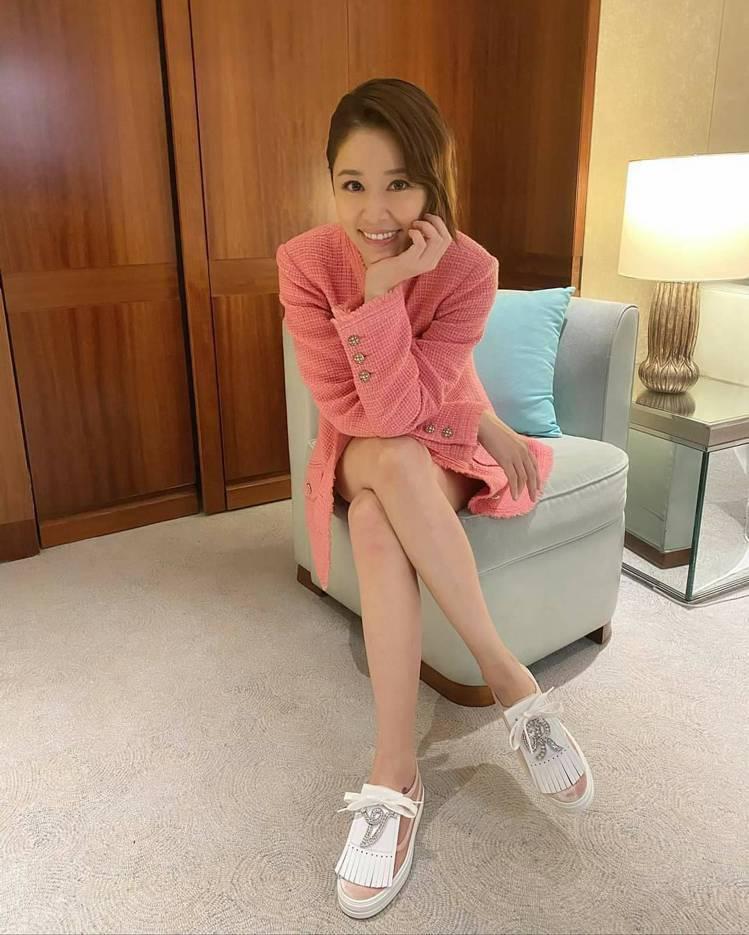 林心如穿Roger Vivier台灣限定的櫻花粉色流蘇休閒鞋,46,200元。圖...