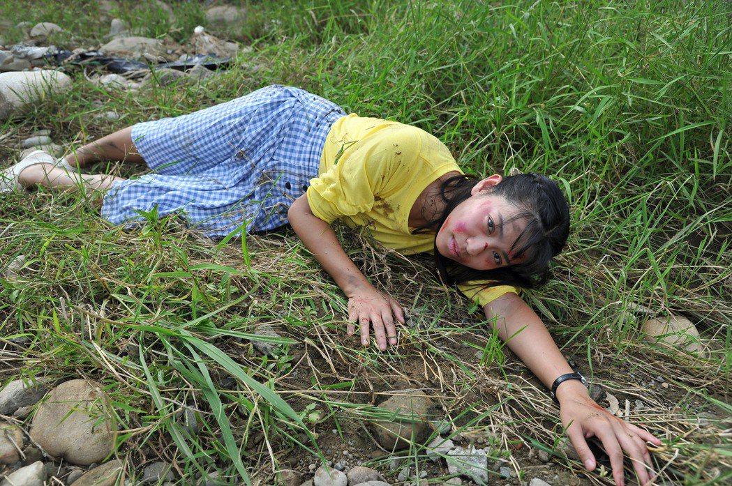 米可白摔車滿臉是血畫面驚人。圖/台視提供