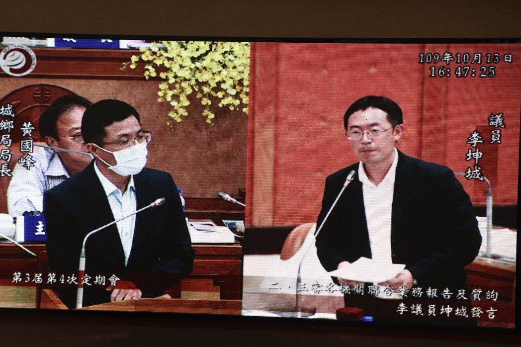 新北市議員李坤城今於議會質詢茂德開發案。記者吳亮賢/攝影