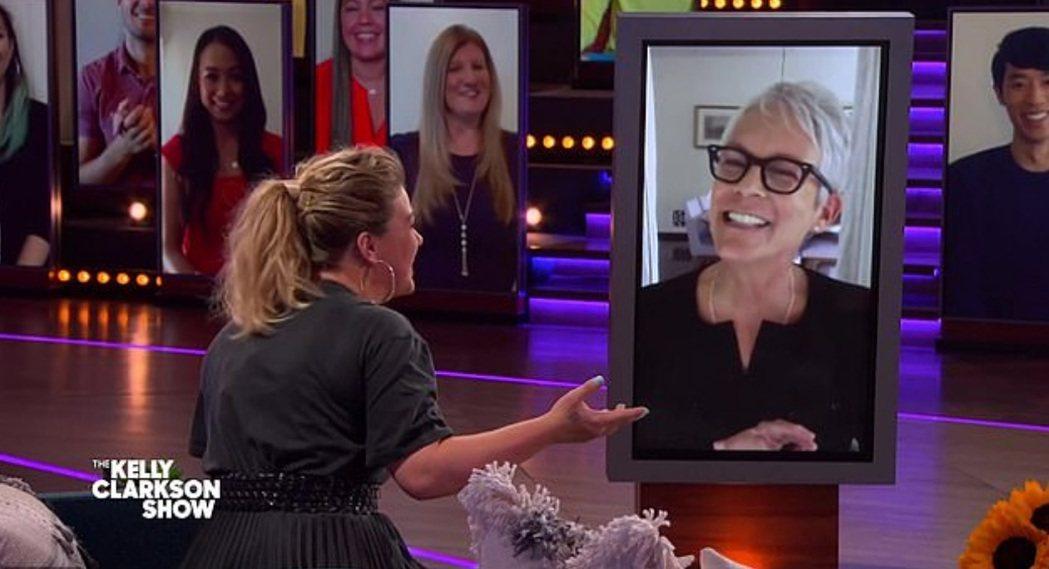 凱莉克萊森(左)視訊訪問潔美李寇蒂斯(右)。圖/摘自NBC