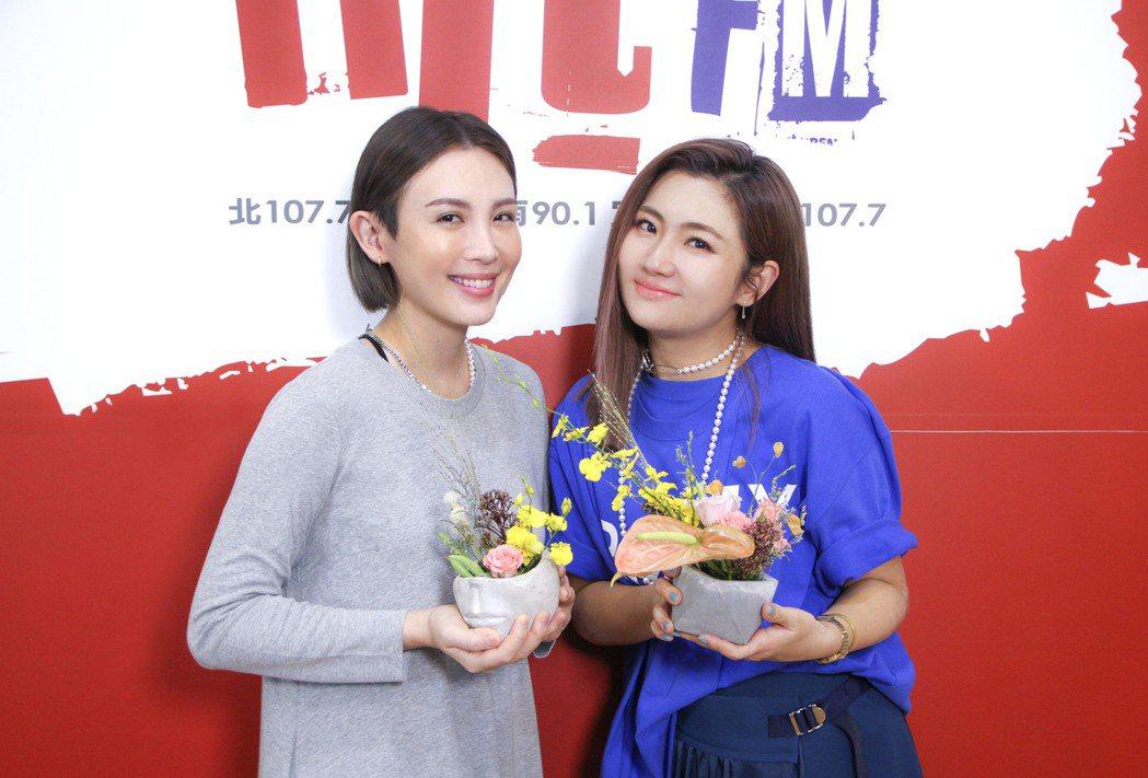 Selina(右)迷上插花,魏如萱祭上四季豆考驗技術。圖/Hit Fm聯播網提供