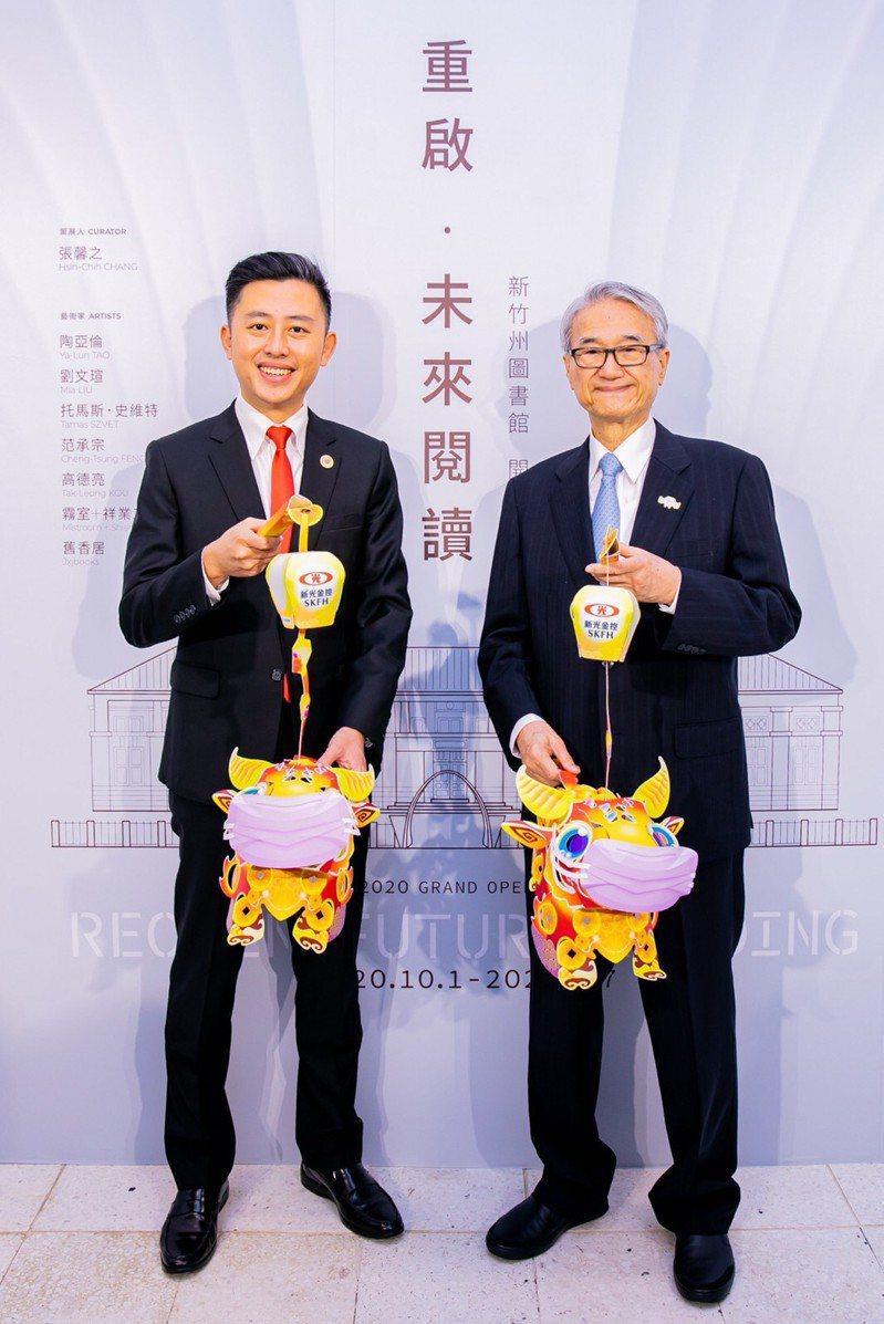 新竹市長林智堅(左)、新光人壽慈善基金會董事長吳東進(右),手提新光牛年燈籠「妞妞」合影。圖/新光人壽提供