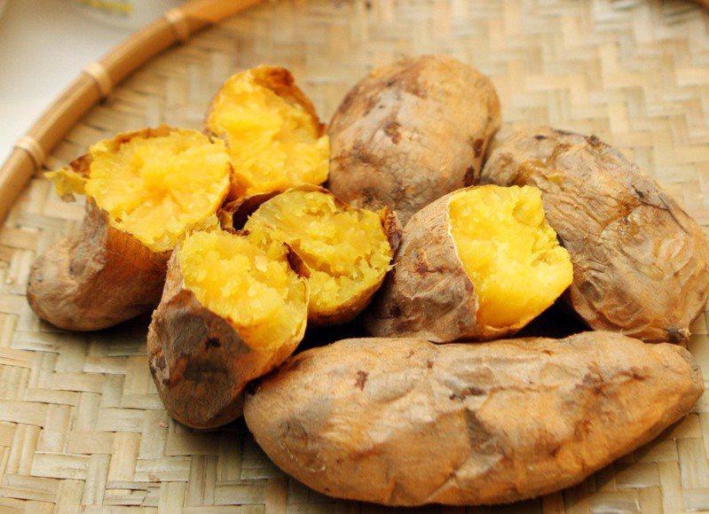 很多人愛吃地瓜,小小一顆營養價值高,超商也買得到。記者蘇健忠攝影/報系資料照