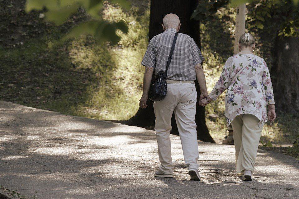 在退休後,更因大量的相處時間,使得雙方歧異無處可逃,常會陷入婚姻危機。 圖/pi...