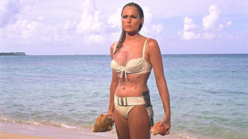 第一部007電影《第七號情報員》中龐德女郎穿的白色比基尼,十一月將舉行拍賣,預估市值高達50萬美金(約合新台幣1438萬元)。圖/取自dailymail