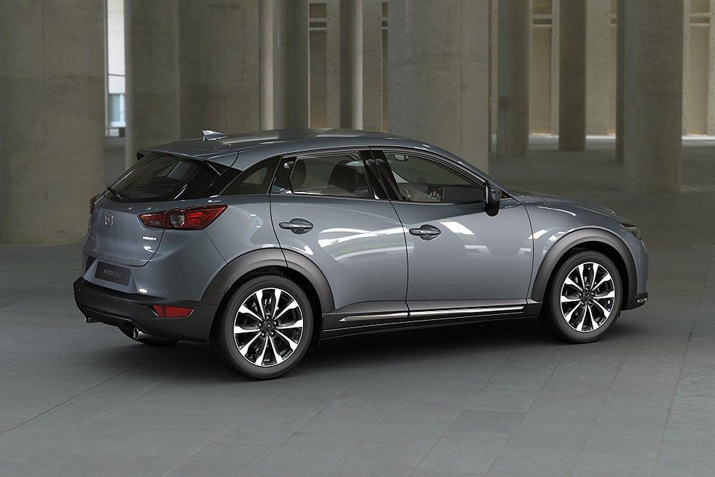 2021年式Mazda CX-3導入全新極境灰車色,將金屬的淨透光澤淬以溫潤柔美...